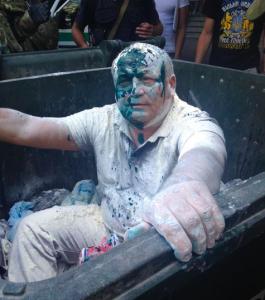 В Одессе главу регионального управления ФГИ посадили в мусорный бак и облили зеленкой (фото)
